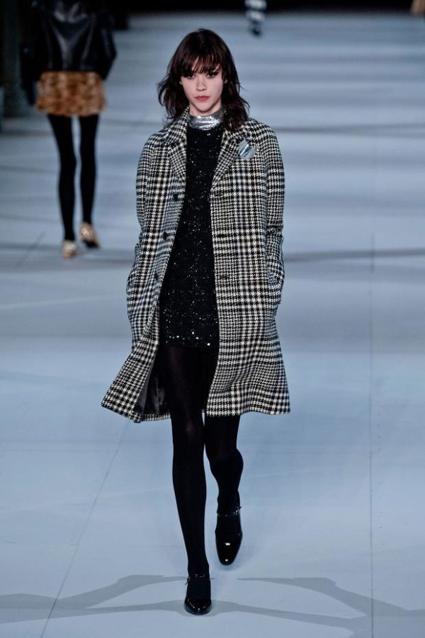 catalogo-saint-laurent-mujer-otono-invierno-2014-2015-abrigo-cuadros-600x901